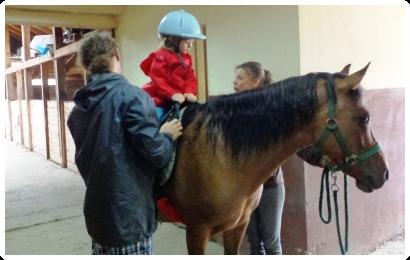 Przedszkolaki na koniach